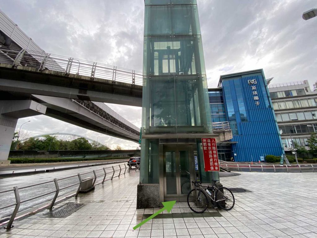 An elevator to bring you to the footbridge found on the end of Xingshan Road, operating from 05:00 to 22:00